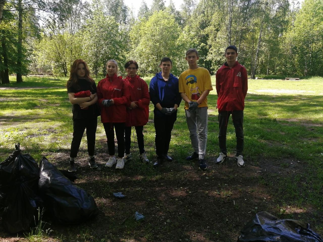 Студенты колледжа очистили территорию Лесопарка «Восьмидорожье»